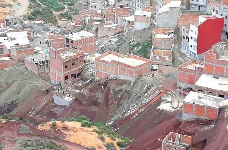 """الداخلية توجه انذار لسكانة حي """"الشاون"""" بالحسيمة وتطالبهم بإخلاء منازلهم المهددة بالإنهيار"""