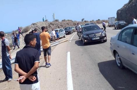 سيارة تدهس شخصا على جانب الطريق الساحلية بين الناظور والحسيمة ويلوذ سائقها بالفرار