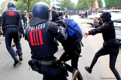 """جدل واسع بألمانيا بعد مقتل مغربي على طريقة """"فلويد"""" في مواجهات مع الشرطة"""