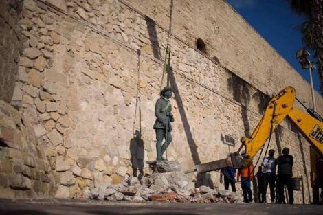 """مليلية تزيل آخر تمثال للجنرال الديكتاتوري الإسباني """"فرانكو"""""""