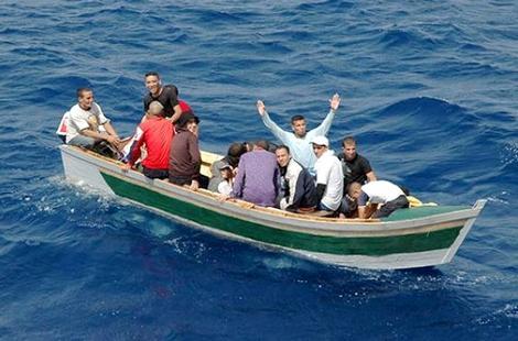 انقاذ 14 مرشحا للهجرة السرية ينحدرون من الحسيمة وامزورن كانوا على وشك الغرق