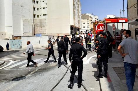 اندلاع حريق في واجهة عمارة وسط الحسيمة يستنفر السلطات وعناصر الإطفاء
