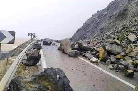 توقف حركة المرور بالطريق الساحلية الرابطة بين تطوان والحسيمة نتيجة انهيارات صخرية