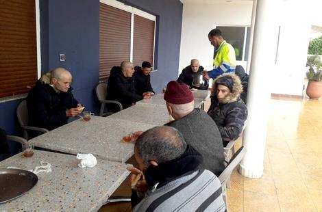 """""""كورونا"""".. حملة واسعة لإيواء المشردين بأحد الفنادق بمدينة الحسيمة"""