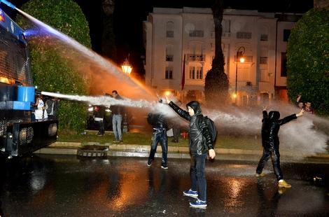 الأمن يفرق احتجاجات الأساتذة المتعاقدين بخراطيم المياه أمام البرلمان