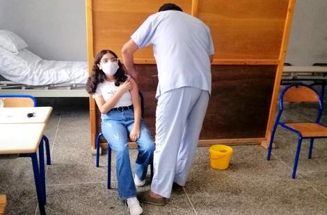 الحسيمة.. تعبئة وانخراط مستمران لتأمين عملية تلقيح التلاميذ ضد كورونا