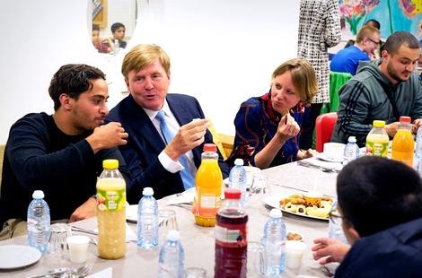 ملك هولندا يفاجئ أبناء منطقة الريف وينظم معهم مأدبة إفطار جماعي بمناسبة شهر رمضان