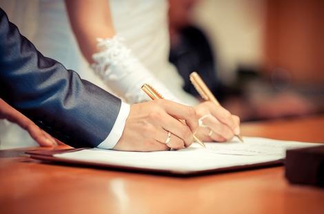 قانون جديد ينهي معاناة المغاربة المقيمين بالخارج مع عقود الزواج